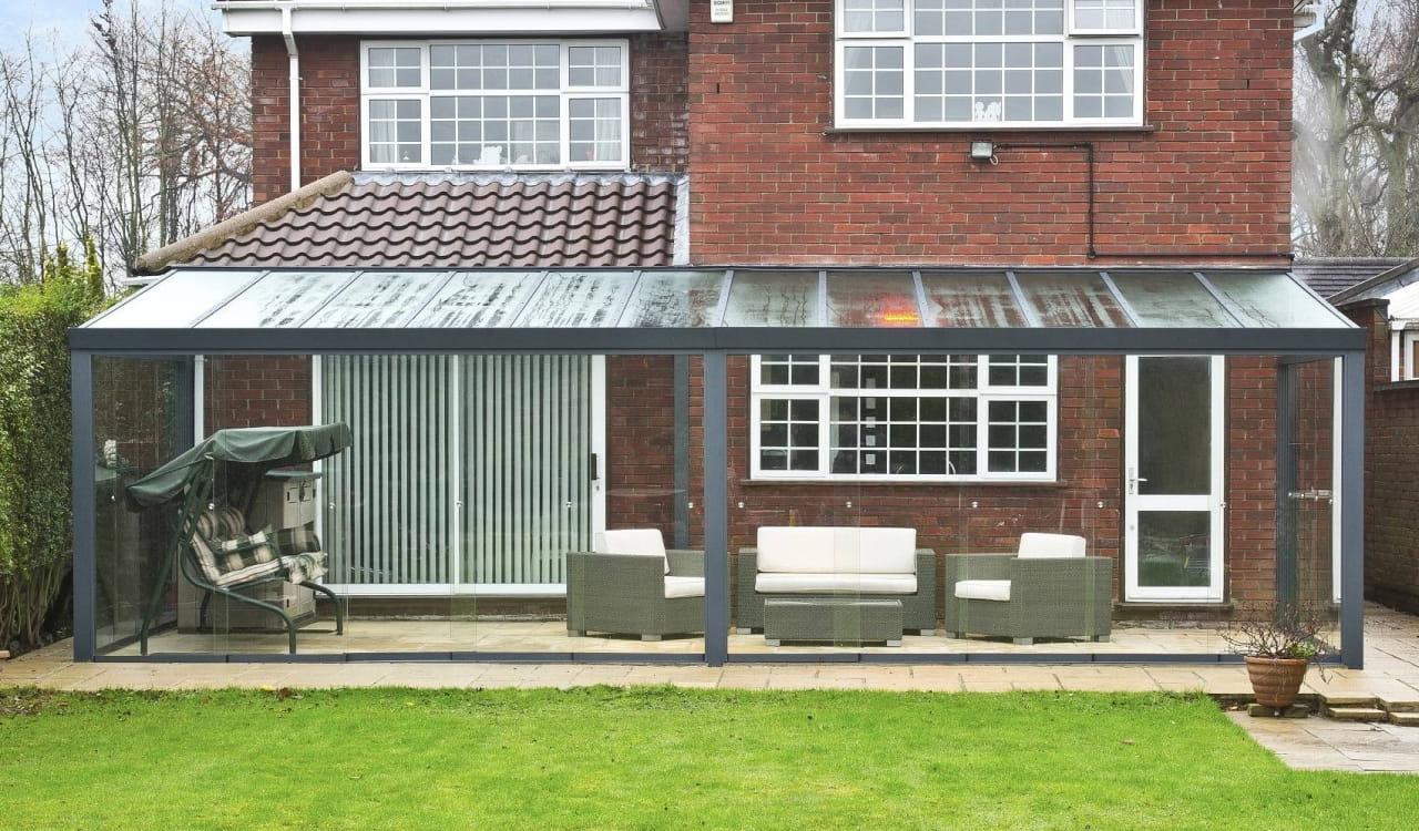 Sommergarten Gartenzimmer mit Glasschiebewand im Herbst und Winter geschütz