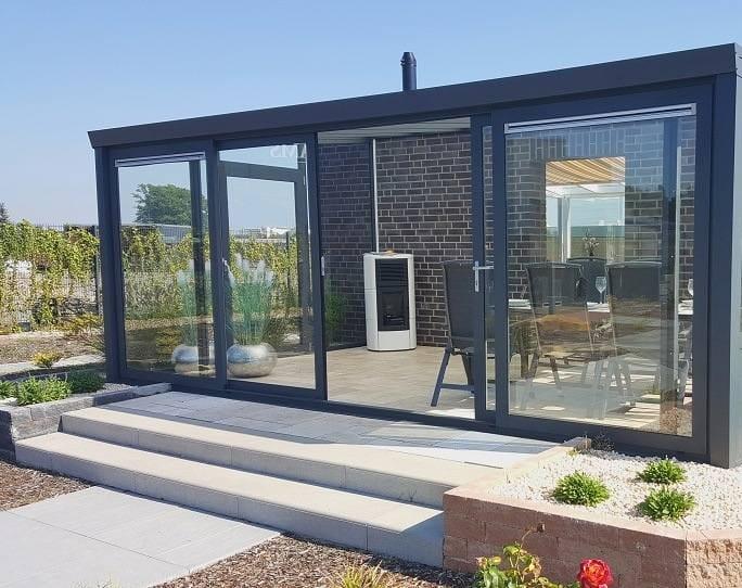 Sommergarten mit Aluminium Schiebewand und festen Elementen