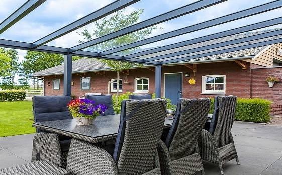 Terrassendach aus Aluminium mit Glaseindeckung VSG