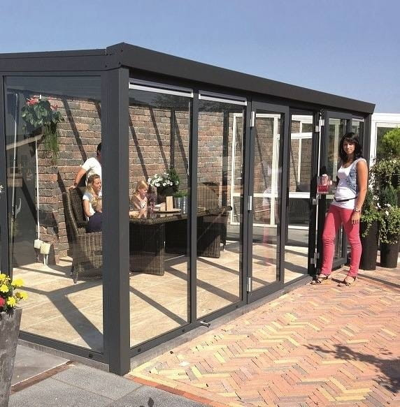 Alu Gartenzimmer Anthrazit mit festen Glaselementen und breiter Tür in der Front